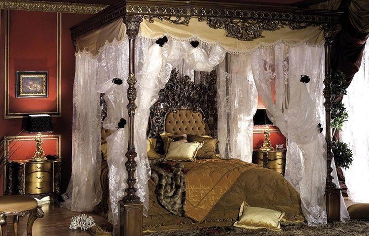 Аристократическая спальня с балдахином в стиле барокко. Такая конструкция едва ли строилась для маленького ребёнка