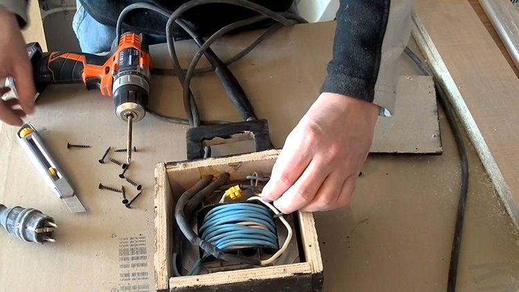Электропроводка для домашнего станка является темой очень сложной. Для мощных моделей предполагается использования альтернативной сети электропитания другой конфигурации – в 380 V