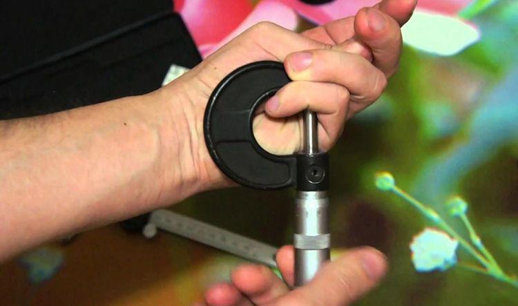Наша задача – ослабить барабан и выставить его деления ровно напротив нуля на стеблевой отметке