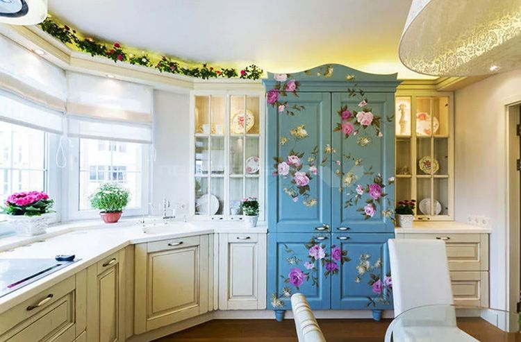 В оформлении допустимо присутствие цветочных мотивов, растительных мотивов, которые дублируются на занавесках и декоре мебели.