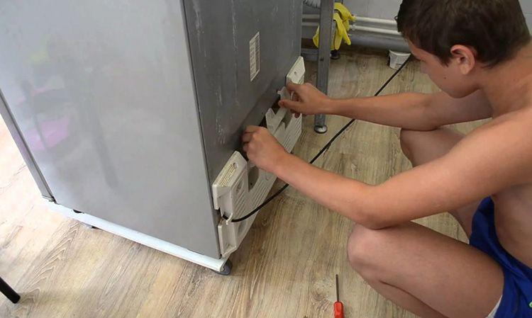 Во время мытья холодильника не забывайте протирать его сливное отверстие. Очень часто именно оно является источником вони