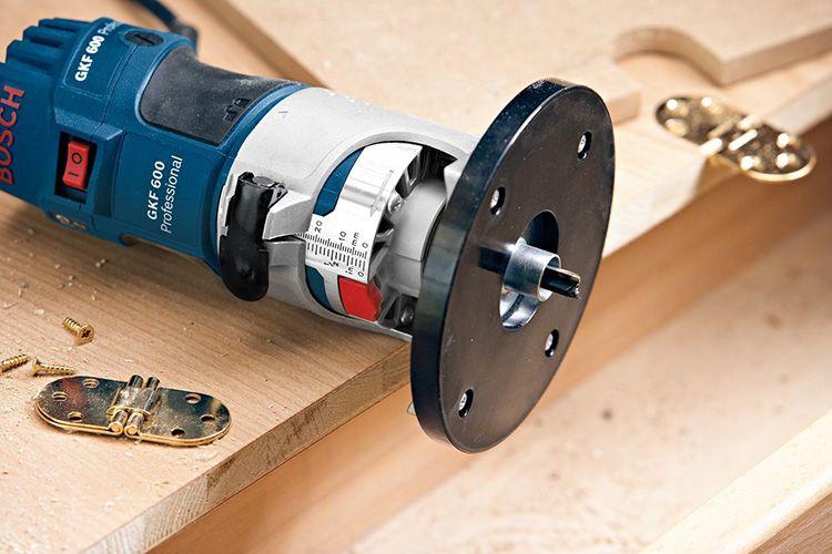 Станок неподвижного типа включает в себя электродвигатель, соединенный с патроном, в котором закрепляется фреза.