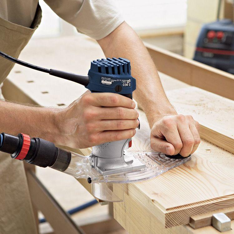 Если в комплектации ручного фрезера, который вы выбираете, присутствуют дополнительные насадки, то необходимо проверить, насколько надежно они фиксируются на рабочей головке электроинструмента.