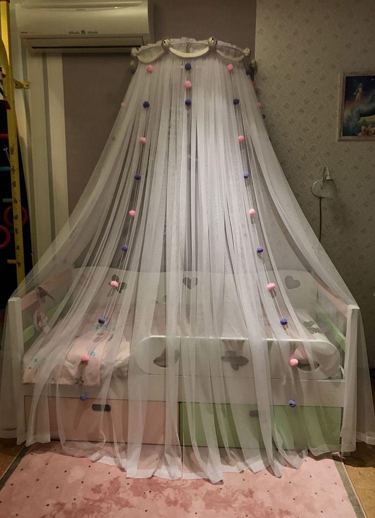 Избегайте многоцветия при выборе ткани. Всё-таки это спальное место для отдыха, оно не должно отвлекать ребёнка от сна, а мягко настраивать его на новый день