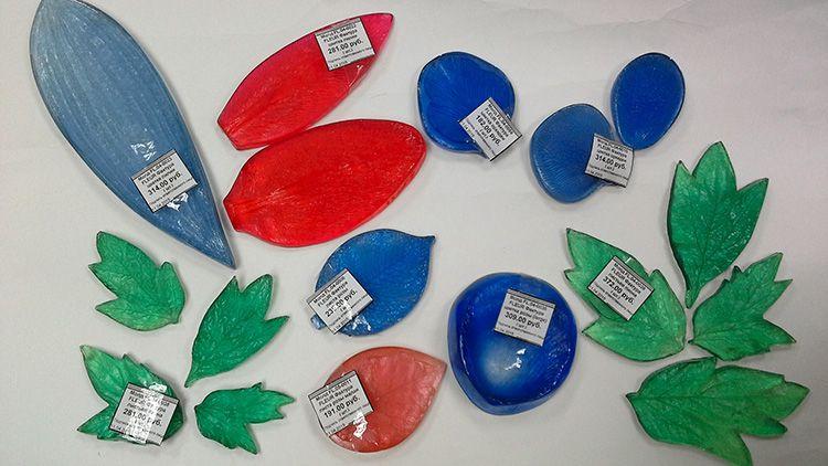 Молды бывают разных форм и размеров: для листьев и бутонов. После того как вы получите нужную форму, лишние части просто отрезаются