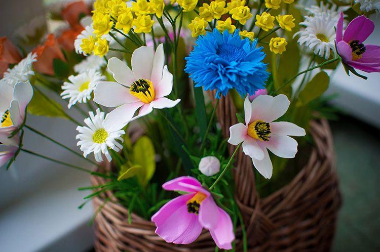Полевые цветы можно создавать из остатков фоамирана, особенность таких букетов в том, что здесь чаще всего используются небольшие растения
