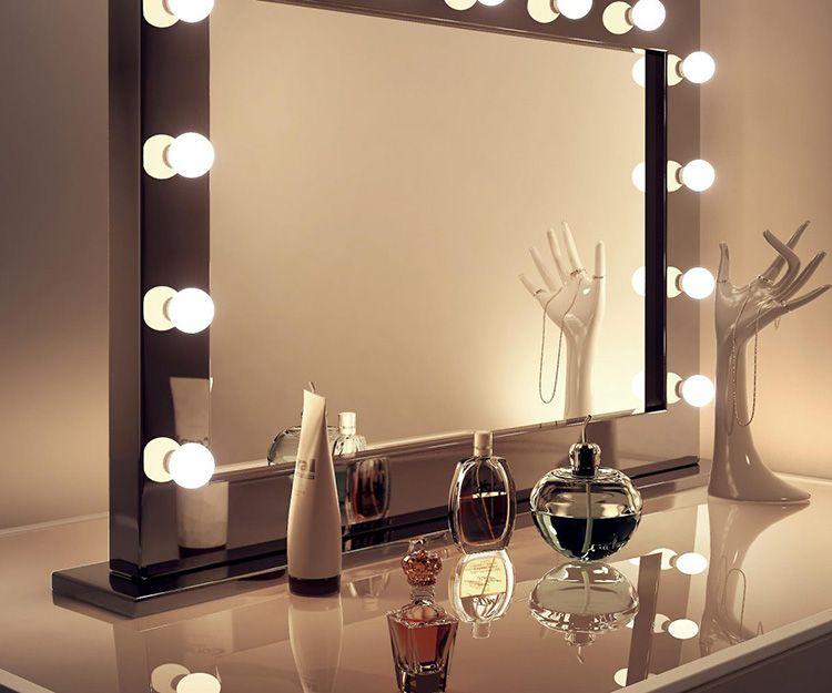 Для спальных комнат зеркала необходимо выбирать с приглушенным освещением. Чаще всего это не только зеркало, а целый будуар.