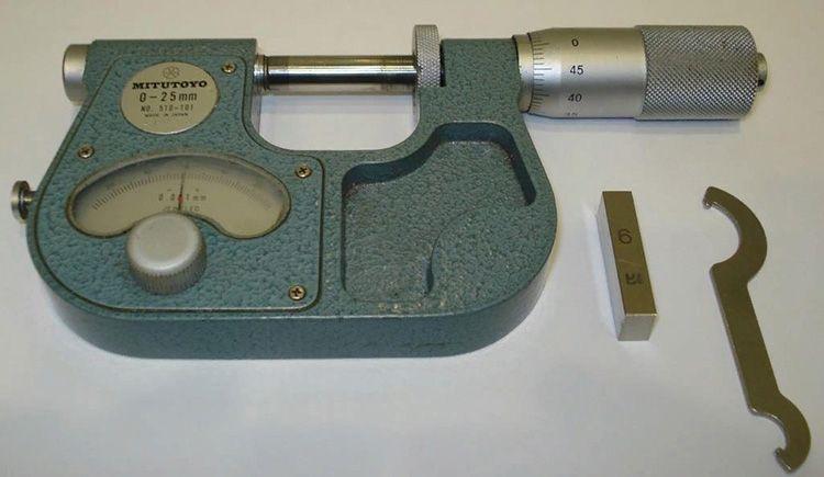 В этом приборе, вместо подвижного барабана, используется стрелочный индикатор