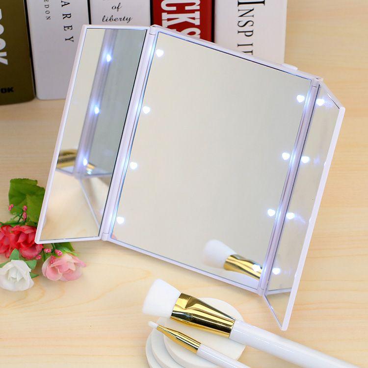 Компактное зеркало легко взять с собой путешествие. А переносная подсветка позволит сделать качественный макияж даже в пути.