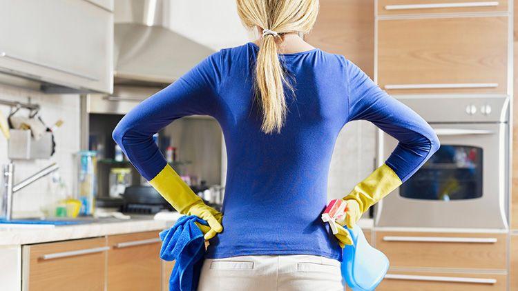 Растворителя, порошки, даже овсяная мука и бензин – все это может стать действенным средством для очищения поверхности от скотча.