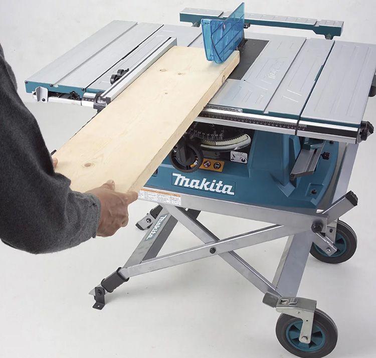 Такие модели чаще всего используют в небольших мастерских, где нет возможности выделить отдельное место под стационарную циркуляционную пилу
