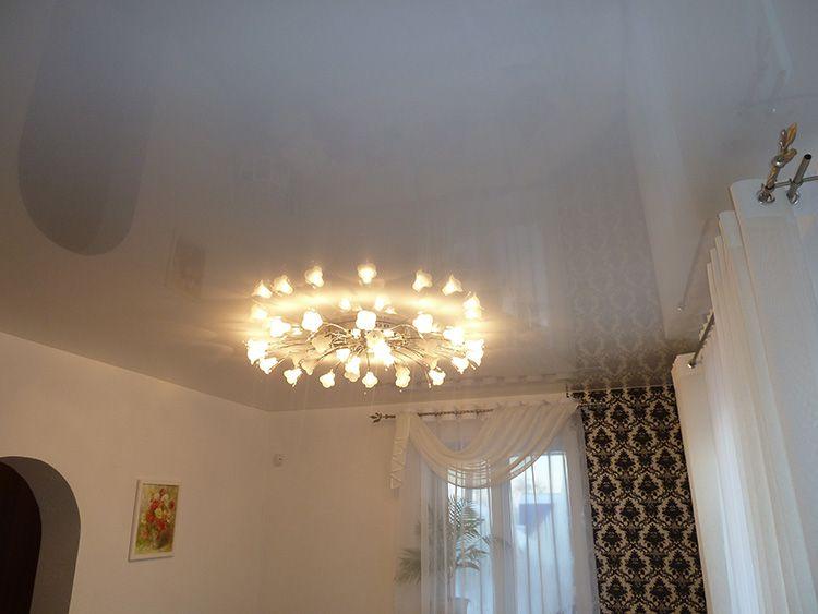 Натяжные потолки для зала: фото в интерьере, стилевое оформление, нюансы выбора