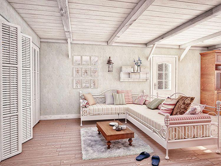 Потолок, обшитый натуральной доской и выкрашенный в светлые тона, визуально увеличивает пространство
