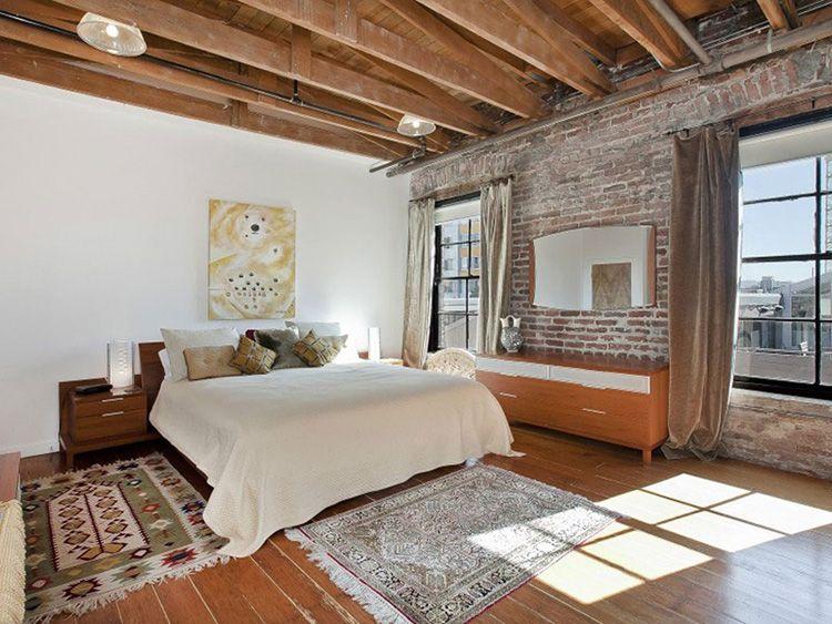 Деревянное напольное покрытие придает тепла не только интерьеру, но и позволит с наслаждением ходить по спальне босиком