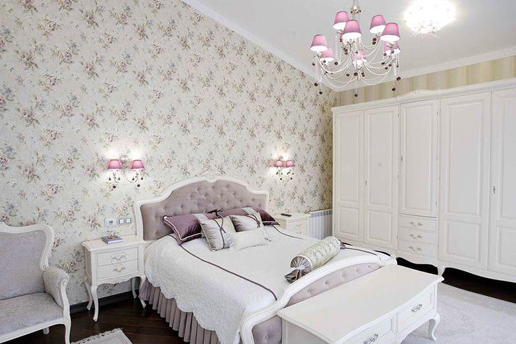 Спальня в постельных тонах с отделкой стен обоями с цветочным принтом
