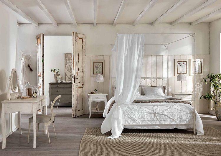 Белые деревянные двери спальни специально состаренные