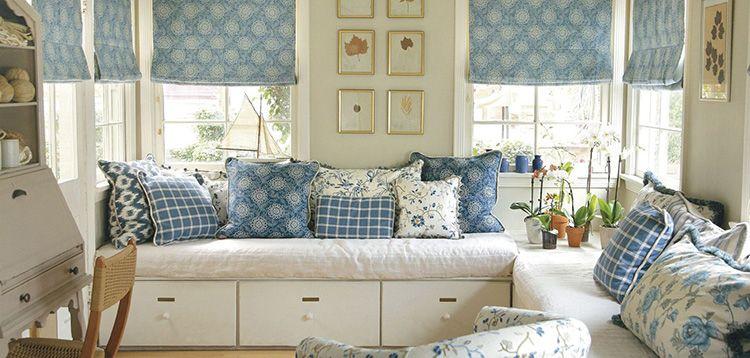 Прованский стиль – это много маленьких подушек, лёгких штор, кружевных скатертей и вышитых полотенец