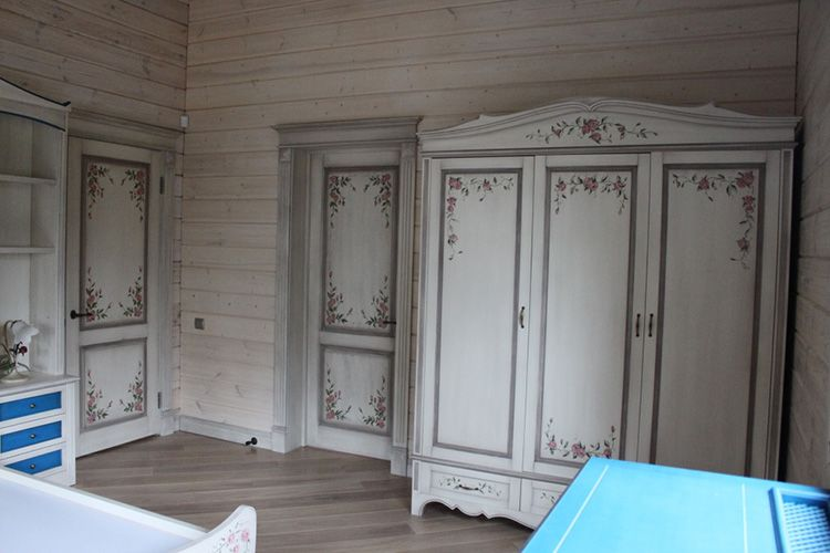 Шкаф в спальне в прованском стиле декорированный декупажем