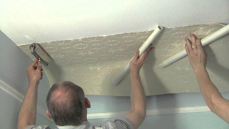 Поклейку обоев на потолок стоит делать вместе с помощником. Так, и легче, да и качество будет намного лучше