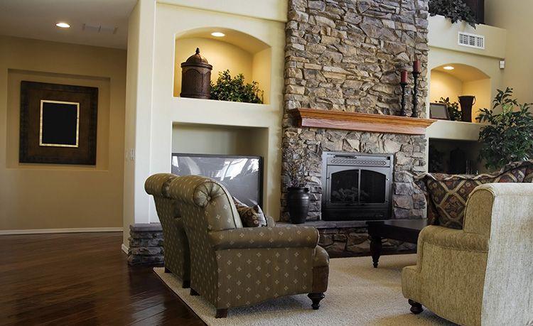 Камин как элемент декора в гостиной квартиры-студии