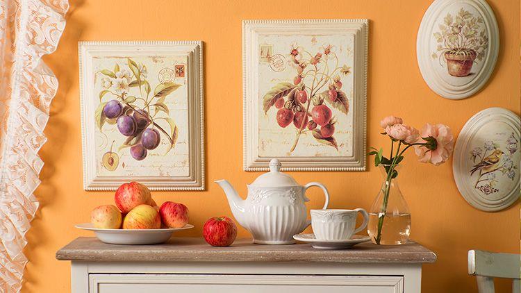 Картины прекрасно разбавляют однотонность стен
