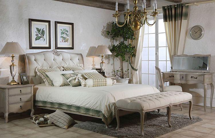 В спальне в прованском стиле будет уместна люстра с лампами имитирующими свечи