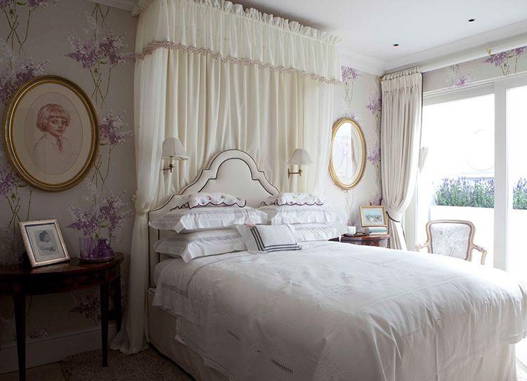 Картины на стенах и имитация балдахина в изголовье кровати прекрасно дополнят интерьер спальни в прованском стиле