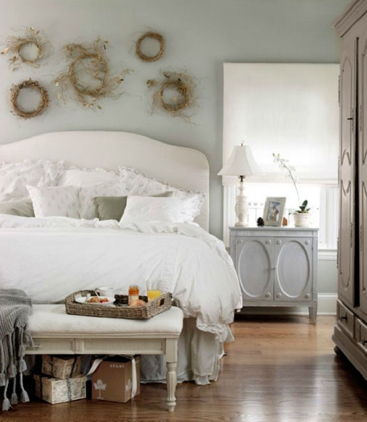 Венки из засушенных растений в изголовье кровати прекрасно украсят спальню и совершенно в духе «прованса»