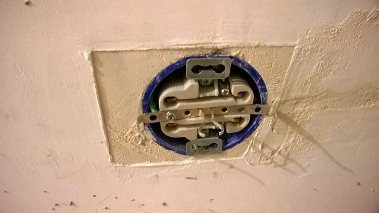 Перед клейкой обоев необходимо обесточить розетки и выключатели