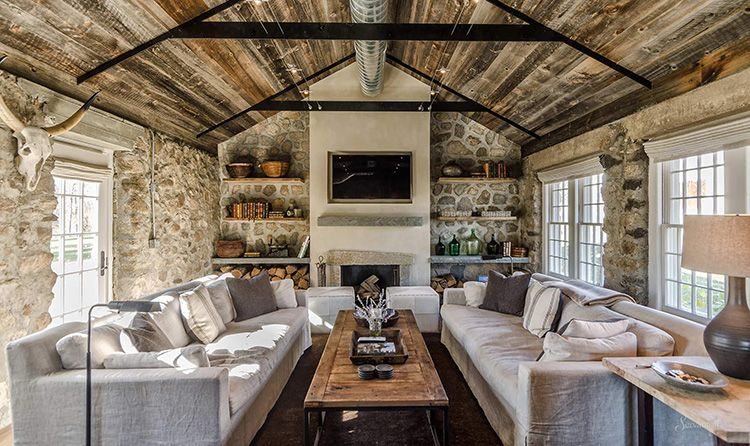 Интерьер гостиной в стиле кантри в частном доме