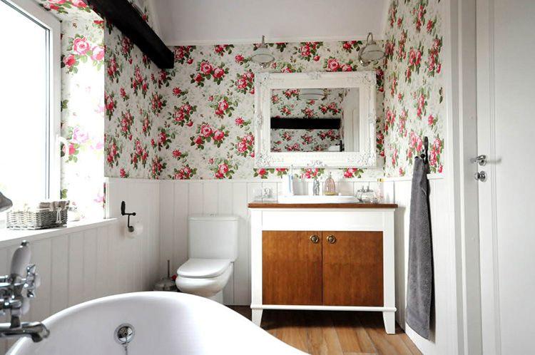 Такую роскошь, как окно, в ванной могут позволить себе только владельцы частных домов