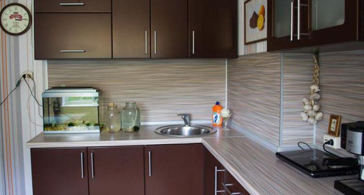 Вместо кухонного фартука из кафельной плитки, можно использовать пластиковые панели