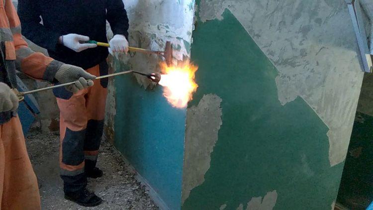 Паяльная лампа – эффективное средство для удаления со стены старой краски
