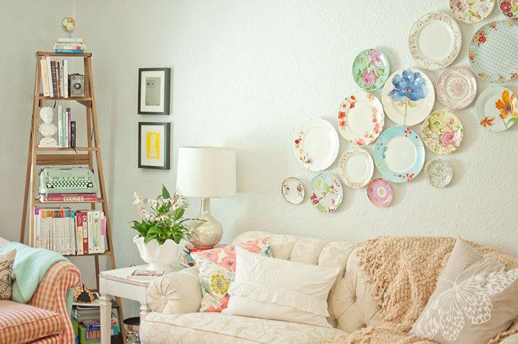 Светлые стены расширяют пространство, а яркий акцент отвлечёт от монотонности белого цвета