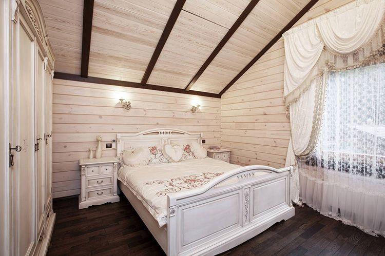 Обшивка стен и потолка деревянной вагонкой прованской спальни в мансарде