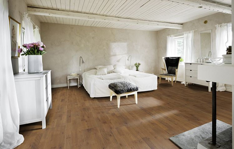 Деревянные полы спальни в стиле «прованс» гармонично контрастируют на фоне светлых стен и потолка