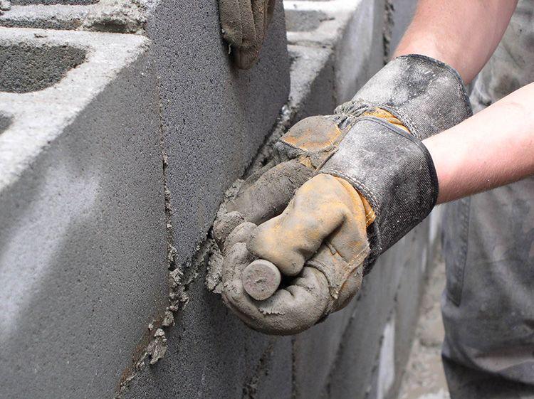 Такой состав чаще всего применяют для шпатлёвки швов и трещин, кладки кирпича, стяжки бетонных конструкций, выравнивания пола