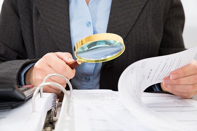 Частой причиной задержек выплат является банальная нехватка средств в бюджете. Кто в этом случае несет ответственность – обычно разбирается следственный комитет.