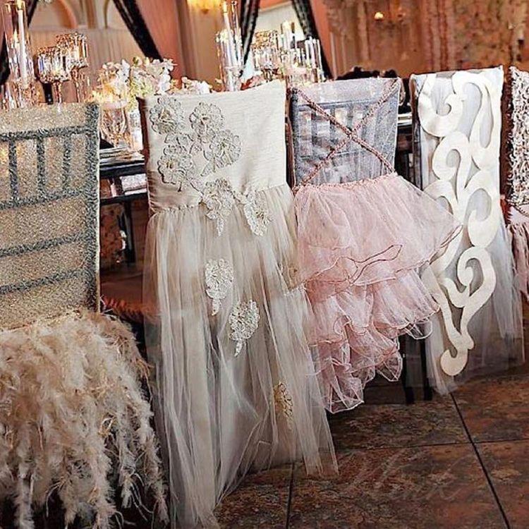 Иногда декор стульев может в чём-то копировать наряды гостей. Тут уж точно не ошибёшься где чьё место