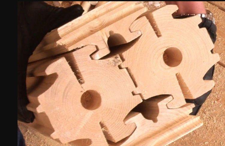 Эти шестерёнки устанавливаются вертикально в шахматном порядке, вставляясь, как по салазкам, в пазы соседних брусков