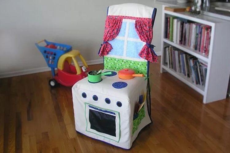 Накидка на кресло в этом случае − не только просто покрытие для защиты мебели, но и дополнительный источник игр и нестандартных идей