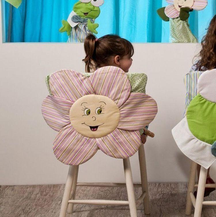 Прекрасная идея − закрепить на чехол аппликацию или мягкую игрушку. В этом случае, уж будьте уверены, никто этот стул, кроме ребёнка, использовать не будет!