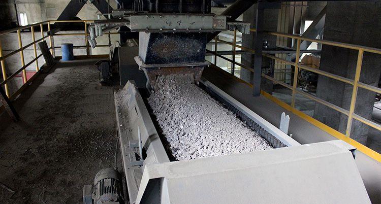 Гранулы клинкера (основного элемента, из которого создают цемент) получаются путём нагрева при экстремально высоких температурах известняка и глины