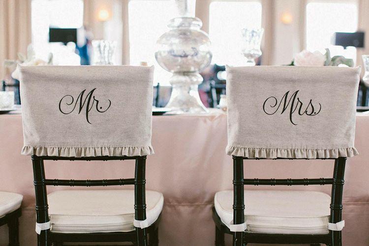 Иногда накидки украшают дополнительными надписями или вензелями, подчёркивающими новый статус жениха и невесты