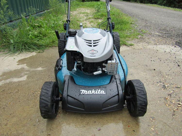 Makita PLM 5113 – позволяет использовать насадки и регулировать направление выброса травы