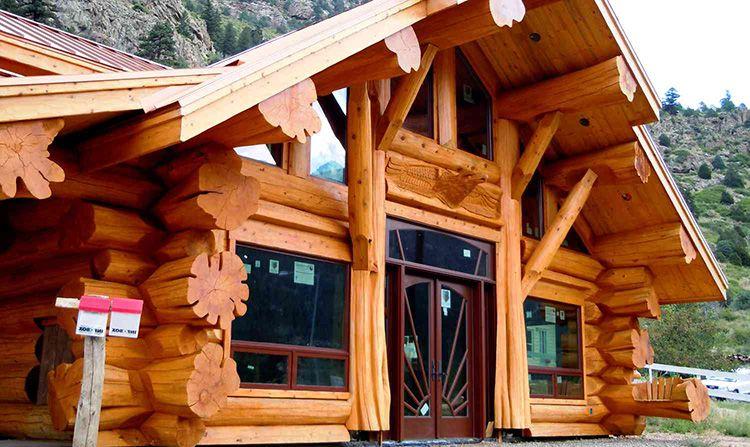 Сочетание простого деревенского быта и современных технологий сохранения тепла делает деревянные дома идеальными для жизни