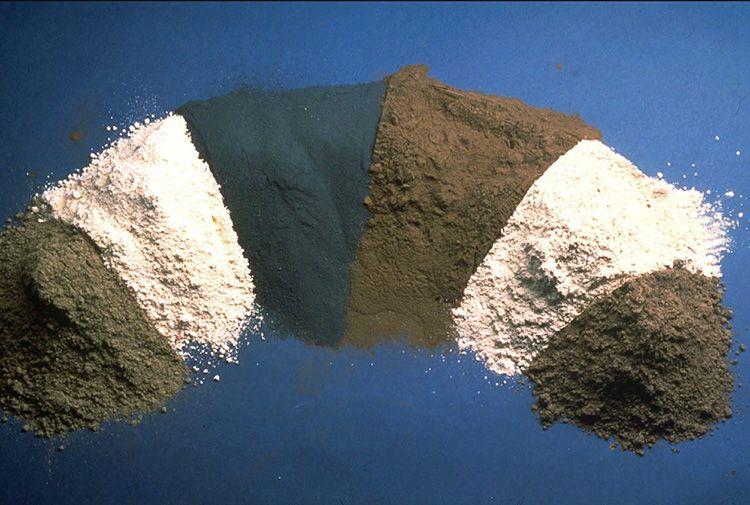 Добавки могут влиять на износостойкость материала, его влагоустойчивость, защиту от коррозии, влиять на цвет и крепость. Выпускаются вяжущие вариации цемента от М300 до М800.