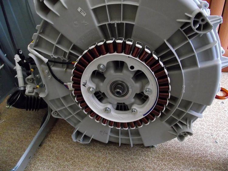 Внешне такой прямой двигатель чем-то напоминает асинхронный, однако, принцип работы его совершенно иной. В этом случае используется управляющая схема трехфазного инверторного типа.