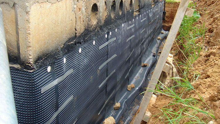 Мембрану можно крепить на наружную стену на этапе строительства дома