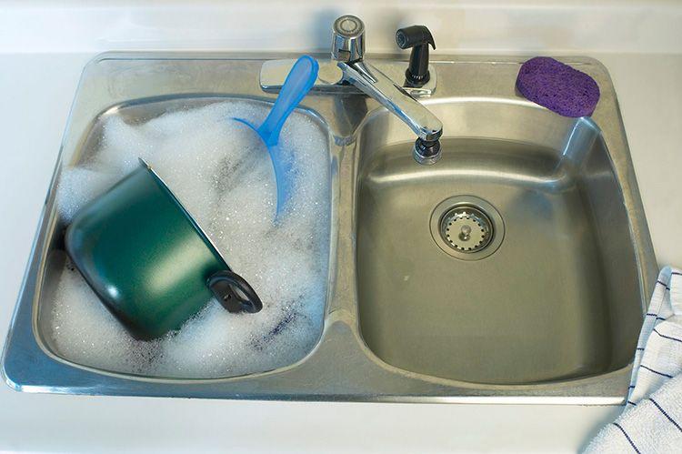 Замочите посуду, чтобы быстрее её отмыть